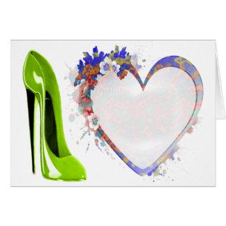 ライムグリーンの小剣の靴および花柄のハートのデザイン カード