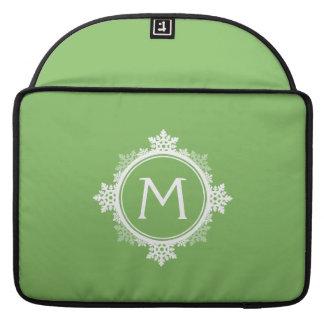 ライムグリーン及び白の雪片のリースのモノグラム MacBook PROスリーブ