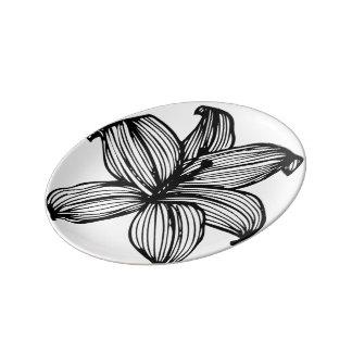 ライン描かれた花のプレート 磁器プレート