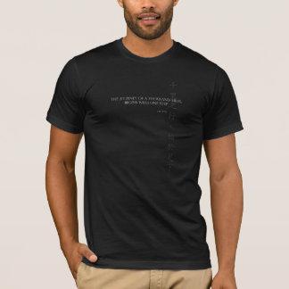 ラオス人のTzuの引用文のTシャツ: 1000マイルの旅行 Tシャツ