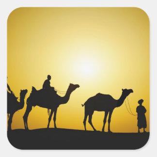 ラクダおよび日没でシルエットを描かれるラクダの運転者 スクエアシール