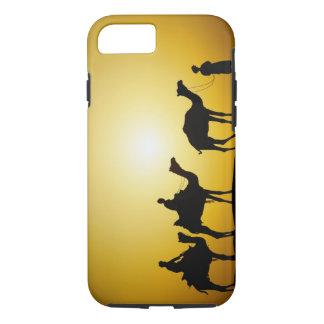 ラクダおよび日没でシルエットを描かれるラクダの運転者 iPhone 8/7ケース