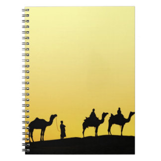 ラクダおよび日没、3でシルエットを描かれるラクダの運転者 ノートブック