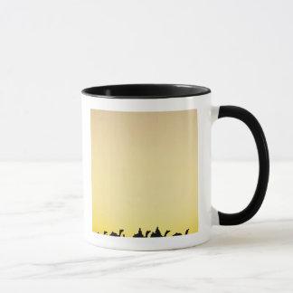 ラクダおよび日没、4でシルエットを描かれるラクダの運転者 マグカップ