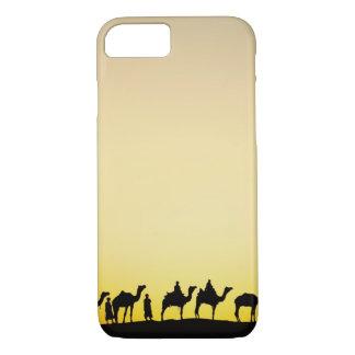 ラクダおよび日没、4でシルエットを描かれるラクダの運転者 iPhone 8/7ケース