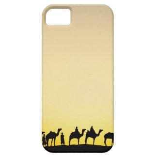 ラクダおよび日没、4でシルエットを描かれるラクダの運転者 iPhone SE/5/5s ケース