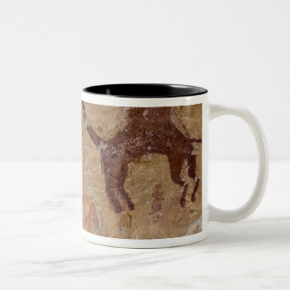 ラクダが付いている有史以前の石の絵画 ツートーンマグカップ