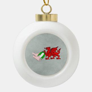 ラグビーのボールが付いているウェールズのラグビーのチームドラゴン セラミックボールオーナメント