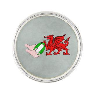 ラグビーのボールが付いているウェールズのラグビーのチームドラゴン ラペルピン