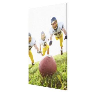 ラグビーのボールと遊んでいるスポーツマン キャンバスプリント