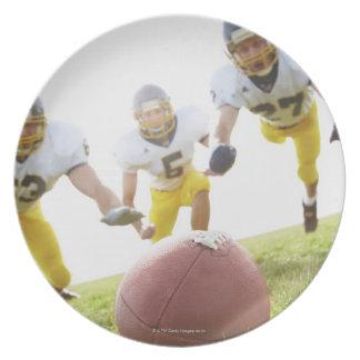 ラグビーのボールと遊んでいるスポーツマン プレート