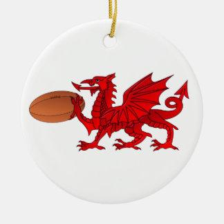 ラグビーのボールの陶磁器のオーナメントが付いているウェールズのドラゴン セラミックオーナメント