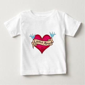 ラサApsoの入れ墨のハート ベビーTシャツ