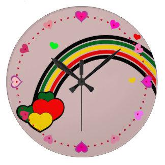 ラスタの虹およびハートの柱時計のピンク ラージ壁時計