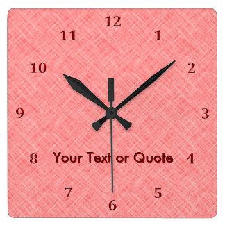 ラズベリーのピンクの柔らかいあや目陰影は赤い名前をカスタマイズ スクエア壁時計