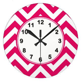 ラズベリーの白く大きいシェブロンのジグザグパターン ラージ壁時計