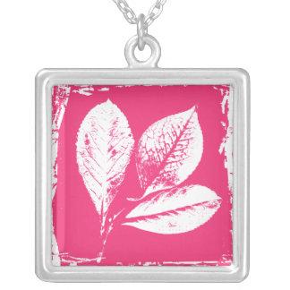 ラズベリーはピンクおよび白の木版画を去ります シルバープレートネックレス