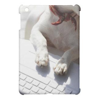 ラップトップに彼の手を置いている犬 iPad MINIケース