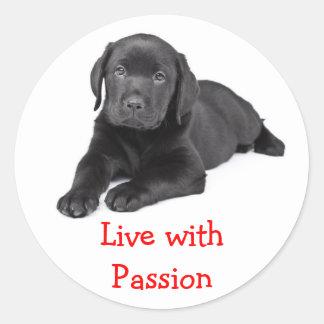 ラブラドル・レトリーバー犬の子犬は情熱のステッカーと住んでいます ラウンドシール