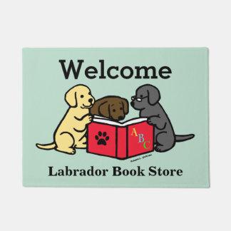 ラブラドールの子犬の愛書家のドア・マット ドアマット