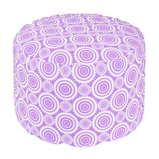 ラベンダーおよび白く幾何学的な円パターン プーフ