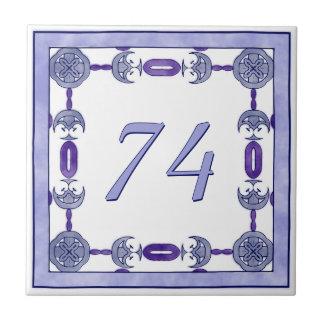 ラベンダーおよび紫色の大きい屋家番号 タイル