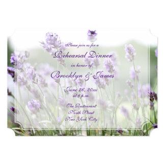 ラベンダーのボヘミアの結婚式のリハーサルの招待のチケット カード