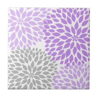 ラベンダーの紫色および灰色のダリアのアクセントの芸術のタイル タイル
