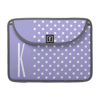 ラベンダーの紫色及び白い水玉模様 MacBook PROスリーブ