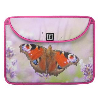 ラベンダー上の孔雀蝶 MacBook PROスリーブ