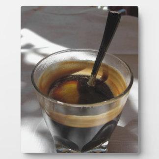 ラム酒、砂糖およびレモンの皮が付いているエスプレッソのコーヒー フォトプラーク
