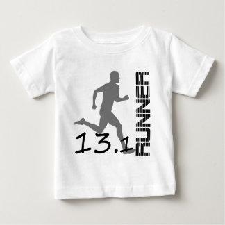 ランナーの地帯の半分のマラソンのギフトおよび服装 ベビーTシャツ