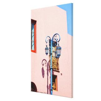 ランプのポストおよび色彩の鮮やかな建物、CaminitoのLa キャンバスプリント