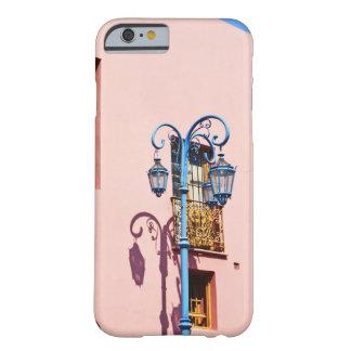 ランプのポストおよび色彩の鮮やかな建物、CaminitoのLa Barely There iPhone 6 ケース