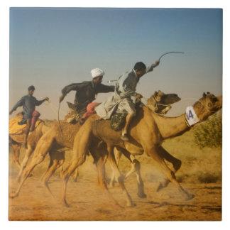 ラージャスターン州、インドのラクダはTharの砂漠で競争します タイル