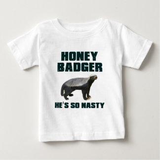 ラーテル彼はとても扱いにくいです ベビーTシャツ