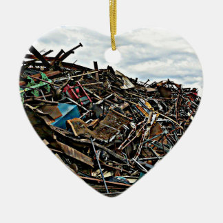リサイクルのための金属のがらくたの山 セラミックオーナメント