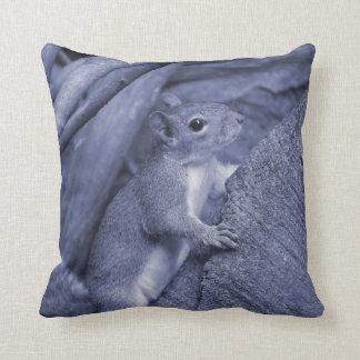 リスの登山の木の青い動物のかわいい クッション