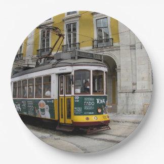 リスボンの有名で黄色い路面電車の眺め ペーパープレート