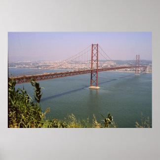 リスボンポルトガル25 de Abril Bridgeの川Tejo ポスター