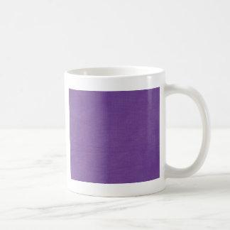 リネン生地の質の背景の//のかわいらしいプラム コーヒーマグカップ