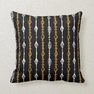 リバーシブルの装飾的な描かれた金種族Boho. クッション