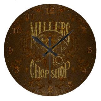 リベットとの錆ついた鋼鉄ロゴ ラージ壁時計