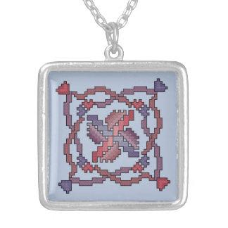 リボンの十字のステッチのキルトの正方形 シルバープレートネックレス