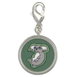 リラックスさせるなスマイルの灰色のコアラの緑のスケッチのデザイン チャーム