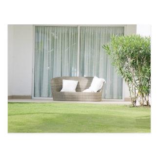 リラックスさせるな場所を表現する屋外のソファー ポストカード