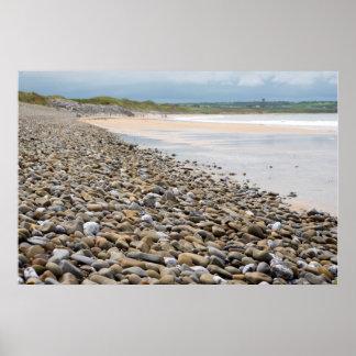 リンクの側のpebbled ballybunionのビーチ ポスター