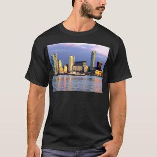 リヴァプールのMerseyフェリー及び水辺地帯 Tシャツ