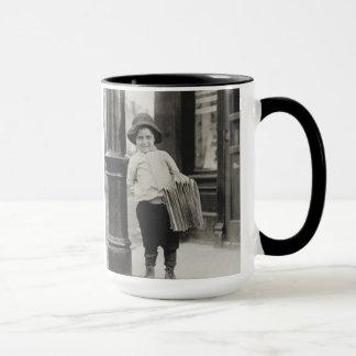 ルイスWickes Hine - 1910年著セントルイスのNewsboy マグカップ
