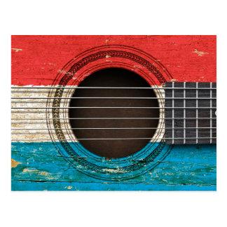 ルクセンブルクの旗が付いている古いアコースティックギター ポストカード